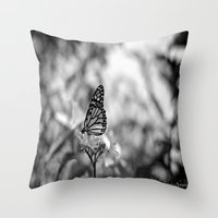 Papillion en  Noir Throw Pillow