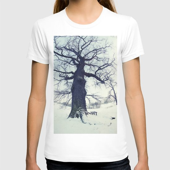 Old tree in winter - picture in color T-shirt