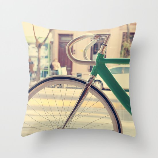Geen Mint Bicycle in the City (Retro - Vintage Photography) Throw Pillow