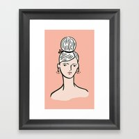 fille portant cheveux Framed Art Print
