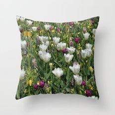 Blumen Beet  Throw Pillow