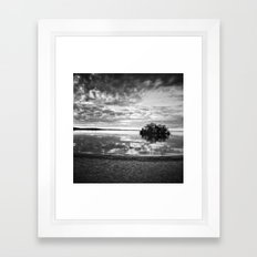 L'île du crépuscule Framed Art Print