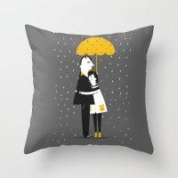 Abrazos bajo la lluvia Throw Pillow