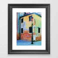 L'edificio è Felice Framed Art Print