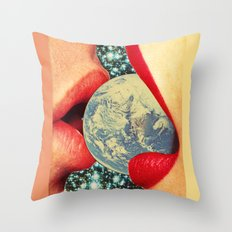 Lovers who eat the world Throw Pillow