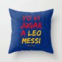 YO VI JUGAR A LEO MESSI (FCB) Throw Pillow