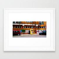 Mann pisst Framed Art Print