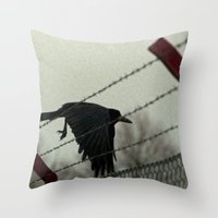 No fences can hold me Throw Pillow
