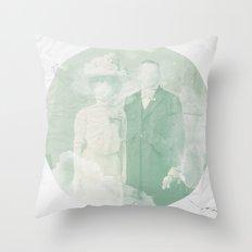 La extraña pareja Throw Pillow