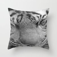 Le Tigre Pendant Sa Sieste Throw Pillow