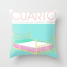 Tres en un cuarto Throw Pillow
