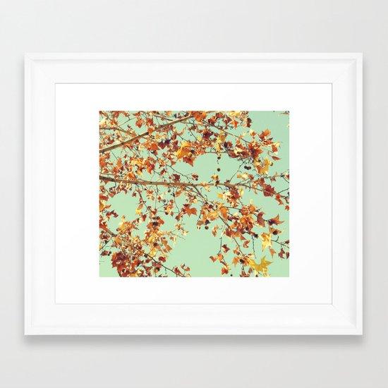 En los árboles Framed Art Print
