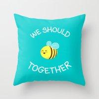 A bug's love life Throw Pillow