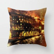 Paris brûle-t-il ? Throw Pillow