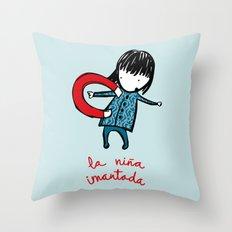 la niña imantada Throw Pillow